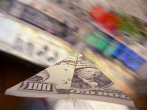 vídeos y material grabado en eventos de stock de point of view rear view $100 bill paper airplane flying around busy office - avión de papel
