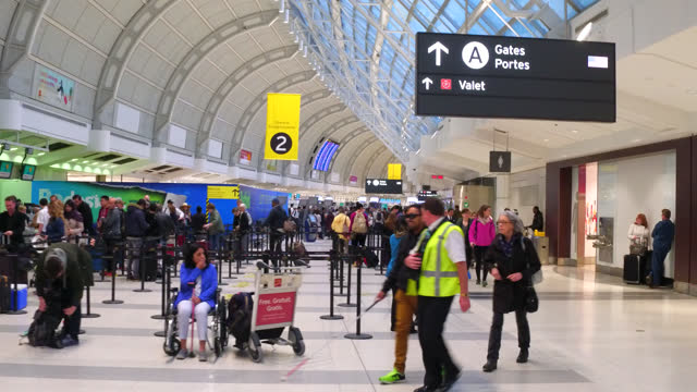vídeos de stock, filmes e b-roll de point of view scene inside of the terminal 3 of pearson airport on july 29, 2017; in toronto, ontario, canada. the modern airport is the busiest and... - ponto turístico local