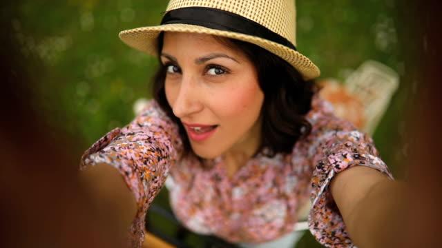 stockvideo's en b-roll-footage met oogpunt selfie - model beroep