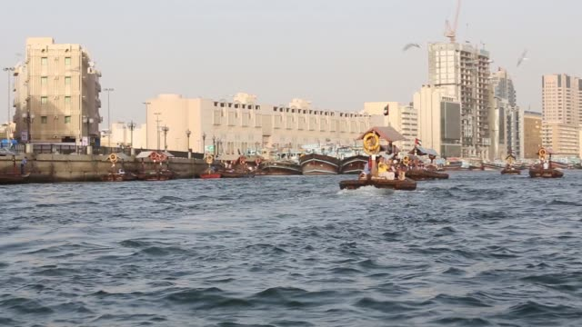 vídeos y material grabado en eventos de stock de point of view shot filmed from a moving water taxi as it passes along the dubai creek in dubai united arab emirates on saturday nov 8 pov from boat... - golfo pérsico