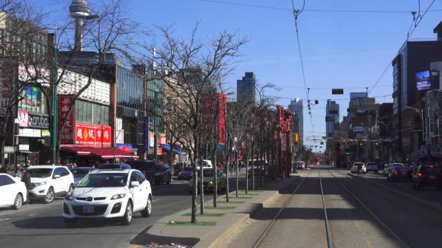 vídeos de stock, filmes e b-roll de point of view shot of chinatown and spadina avenue from a streetcar spadina avenue is one of the most prominent streets in toronto ontario canada... - ponto de vista de bonde