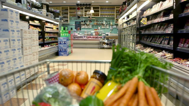 vidéos et rushes de point of view shot of trolley being pushed around supermarket - caddie