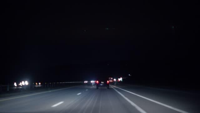 vídeos de stock, filmes e b-roll de ponto de vista filmado em uma rodovia à noite - ponto de vista de carro