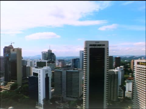 aerial point of view thru petronas twin towers + skyscrapers / lands by sultan abdul samad bldg / kuala lumpur - sultan abdul samad gebäude stock-videos und b-roll-filmmaterial
