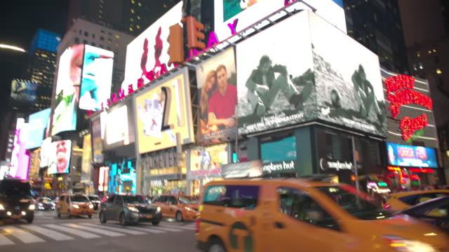 vidéos et rushes de point de vue les gens de time square pov new york city - panneau commercial