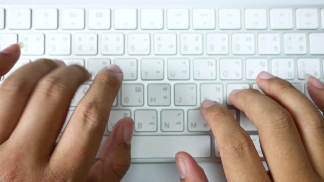 vídeos de stock e filmes b-roll de point of view typing keyboard - dactilografar