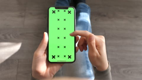 vídeos y material grabado en eventos de stock de utilizando el punto de vista inteligente teléfono con pantalla verde, cierre para arriba - portability
