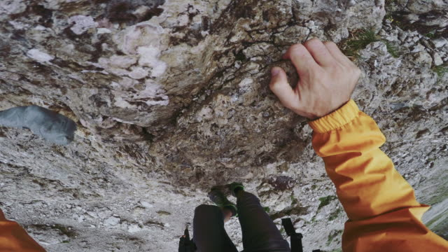 stockvideo's en b-roll-footage met punt van bekijk de video: via ferrata klimmen op de alpen - rotsklimmen