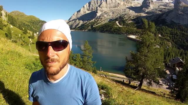 punto di vista del video: escursioni sulle alpi - diga video stock e b–roll