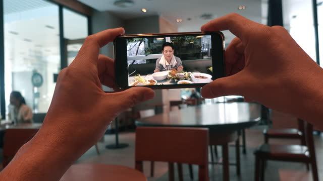 vidéos et rushes de point de vue : regarder le programme vlogger en ligne - influenceur