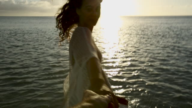 vidéos et rushes de point of view, woman holds hands at sunset in tahiti - maillot de bain