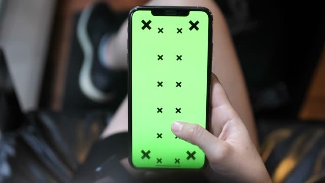 standpunkt frau mit smart phone mit chroma key, mock-up green bildschirm auf dem display - abspann stock-videos und b-roll-filmmaterial