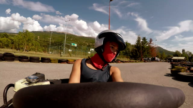 stockvideo's en b-roll-footage met point of view-jong meisje drive go-cart - sporthelm
