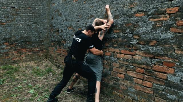犯人を指差す - 密輸点の映像素材/bロール