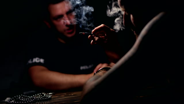 indicando il criminale - cocaina video stock e b–roll