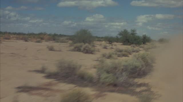 vidéos et rushes de point-of-view of an erratic drive through a desert. - voie piétonne