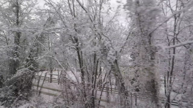 point-of-view of the countryside with snow from a moving train - zugperspektive stock-videos und b-roll-filmmaterial