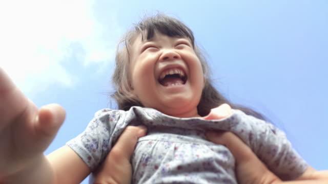 point-of-view aufnahme eines vaters, der seine junge tochter um in den park, kind lächelt in die kamera drehen - subjektive kamera ungewöhnliche ansicht stock-videos und b-roll-filmmaterial