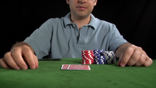 vidéos et rushes de poker player throwing winning hand on table - 25 29 ans