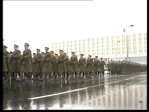 snowing: march of troops in green coats pull back on parade parade at attention bv soldier at war memorial ex hold shot 15.2.81 cas ex 525 eng: abc... - paraden stock-videos und b-roll-filmmaterial