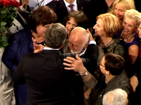 vídeos y material grabado en eventos de stock de poland's liberals held all the reins of power on monday after their candidate bronislaw komorowski foiled eurosceptic jaroslaw kaczynski's audacious... - brida arnés