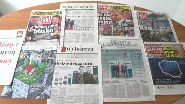 vídeos de stock e filmes b-roll de poland's main newspapers are reporting on the results of the first round of the presidential election with portraits of the outgoing conservative... - polónia