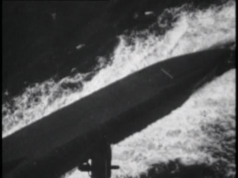 polaris submarine moves through the ocean's surface. - 北極星点の映像素材/bロール