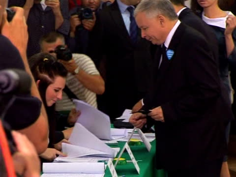 poles voted sunday in an election forced by the air-crash death of conservative president lech kaczynski, with his identical twin making an audacious... - sonntag stock-videos und b-roll-filmmaterial