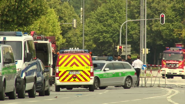 police and emergency staff outside the scene of the munich shootings - terrorismus stock-videos und b-roll-filmmaterial