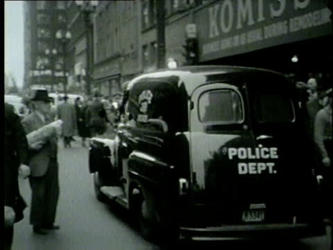 vidéos et rushes de police and fire trucks arrive at fallen elevator accident police move body covered with a sheet into a truck in chicago in 1953 - 1953