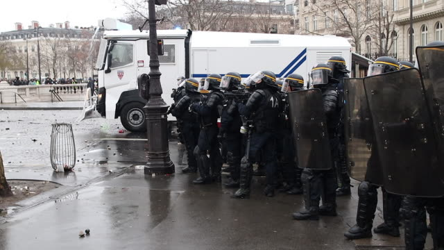 police and gendarmerie forces. use of water cannon - 放水砲点の映像素材/bロール