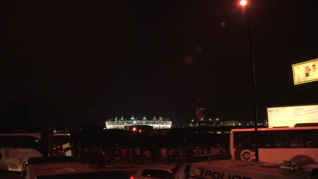 vidéos et rushes de police and locals gather together by the road to watch the fireworks at the opening ceremony. london 2012: opening ceremony at olympic stadium on... - cérémonie