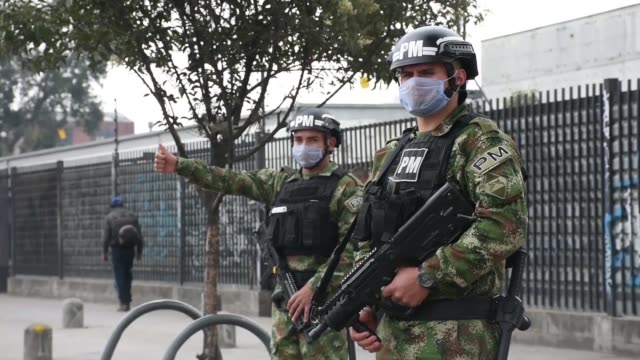 vídeos y material grabado en eventos de stock de police and military forces taking security measures during the mandatory isolation simulation in bogota, on march 20, 2020. colombian authorities... - cuarentena