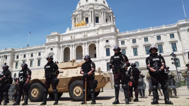 vidéos et rushes de police and minnesota national guard troops guard the state capital building as unrest continues in the city and around the country following the may... - minnesota