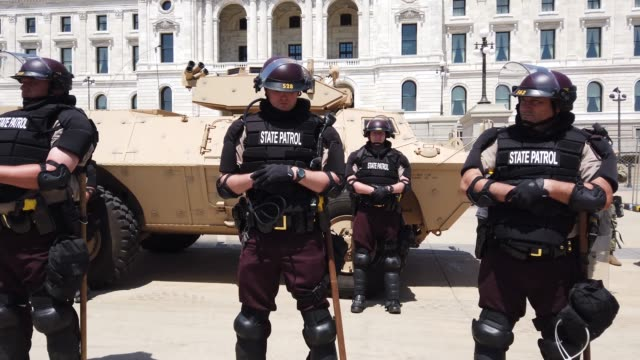 vídeos de stock e filmes b-roll de police and minnesota national guard troops guard the state capital building as unrest continues in the city and around the country following the may... - saint paul minnesota