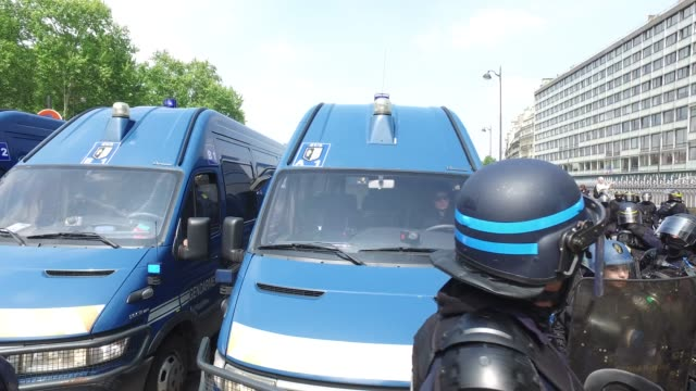 vídeos de stock, filmes e b-roll de police and mobile gendarmerie / the annual may day protests on may 01 2019 at port royal paris france / more than 7400 police and security forces... - 1 de maio