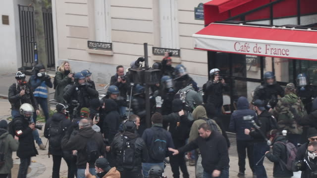 vidéos et rushes de police and protesters. place of italy during a protest to mark the first anniversary of the 'yellow vests' movement on november 16, 2109 in paris,... - confrontation