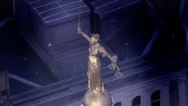 police apologise to student wrongly charged with rape lib / lady justice on top of the old bailey - オールドベイリー点の映像素材/bロール