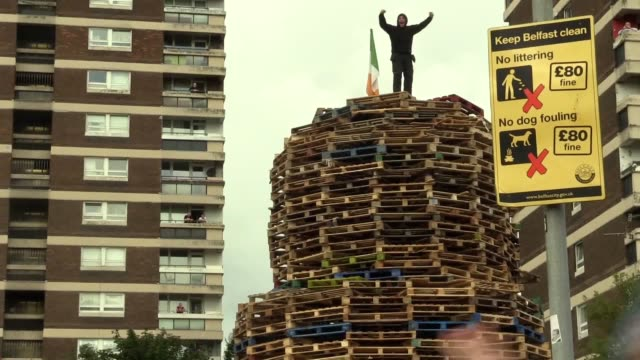 vídeos de stock e filmes b-roll de police are at the scene of a bonfire in north belfast as contractors have been ordered to remove it a large number of officers are in the new lodge... - belfast