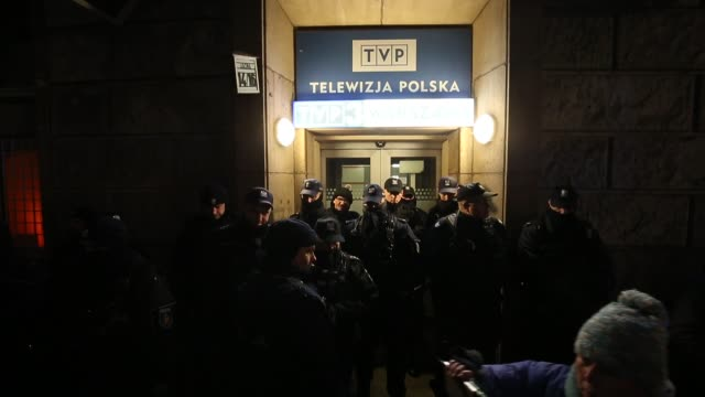 vídeos y material grabado en eventos de stock de police are seen guarding the rear entrance of the state run broadcaster tvp in warsaw, poland on february 5, 2019. the recent murder of gdansk mayor... - programa de televisión