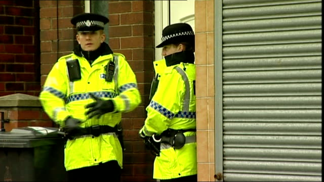 vídeos de stock, filmes e b-roll de police arrest 19 year old man in blackburn england lancashire blackburn whitebirk ext police outside flat where 19 year old man has been arrested on... - lancashire