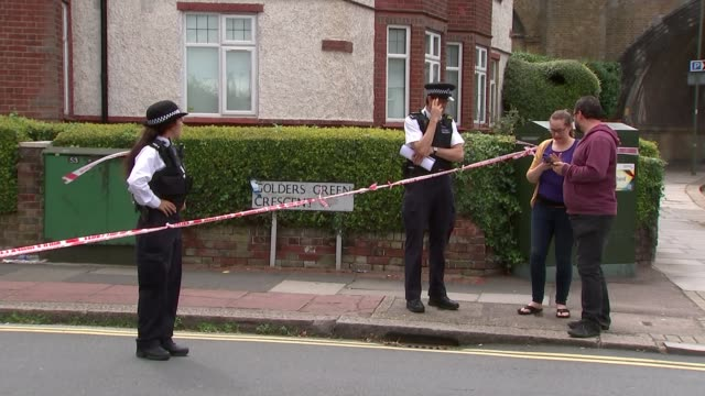 vídeos y material grabado en eventos de stock de police arrest a man in connection with a double murder in north london england london golders green ext forensic officer along outside house police... - golders green