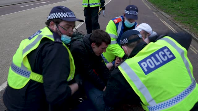 """police arrest protesters on march 20, 2021 in london, england. """"world wide rally for freedom"""" protests, with apparent links to the qanon... - weekend activities stock videos & royalty-free footage"""