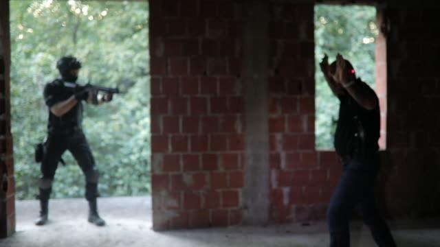 polizei einen verbrecher verhaften - schutzbrille stock-videos und b-roll-filmmaterial