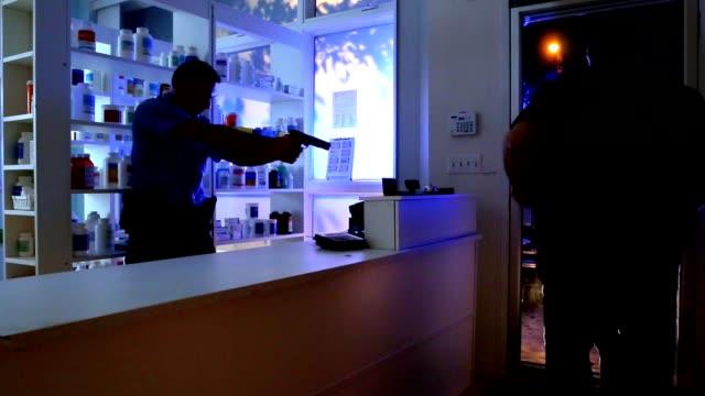 polizei verhaftet einbrecher - festnahme stock-videos und b-roll-filmmaterial