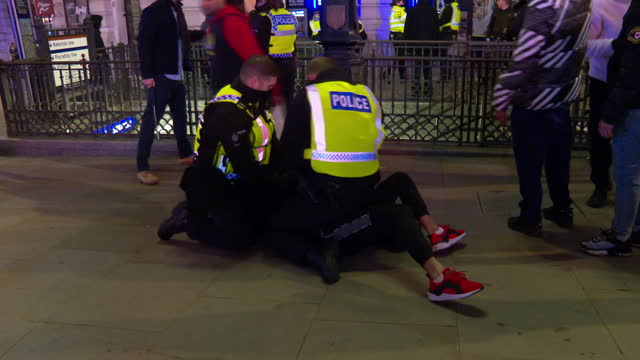 police arresting people celebrating new years eve in central london for contravening coronavirus lockdown rules - rules stock videos & royalty-free footage