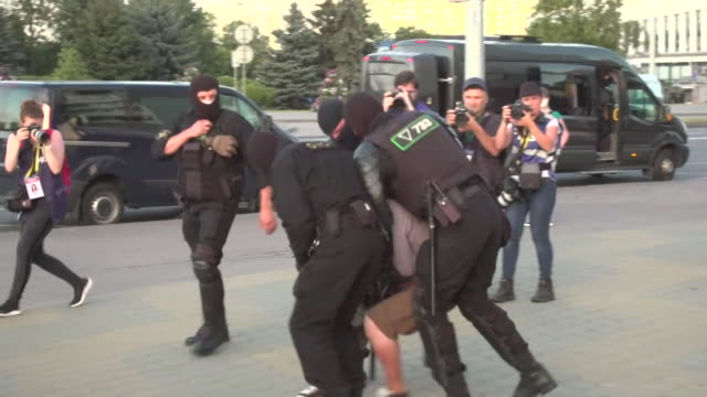 vídeos y material grabado en eventos de stock de police arresting protesters in minsk, they are protesting over the disputed presidential election result, won by president alexander lukashenko for... - bielorrusia