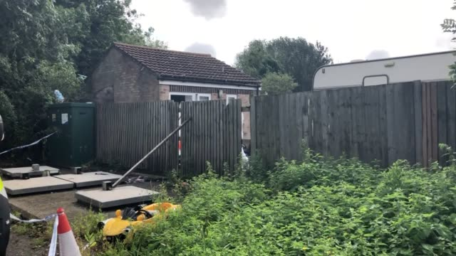 stockvideo's en b-roll-footage met police at a caravan site near burghfield common in berkshire ten people remain in custody after a newlywed police officer was dragged along by a... - newbury engeland