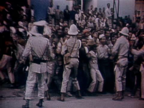 vídeos y material grabado en eventos de stock de police attempt to restrain the protesting people of addis ababa amid a general strike - etiopía