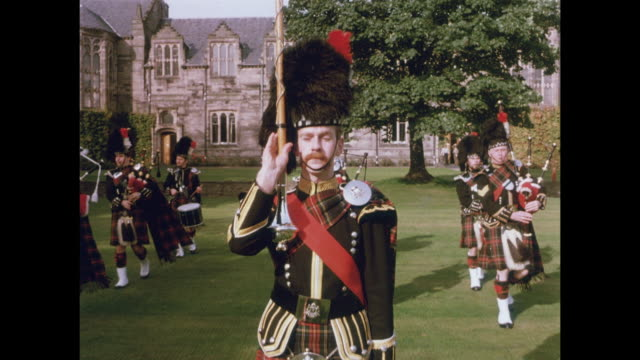 1981 police bagpipe band performing, in black stuart tartan. - aberdeen schottland stock-videos und b-roll-filmmaterial
